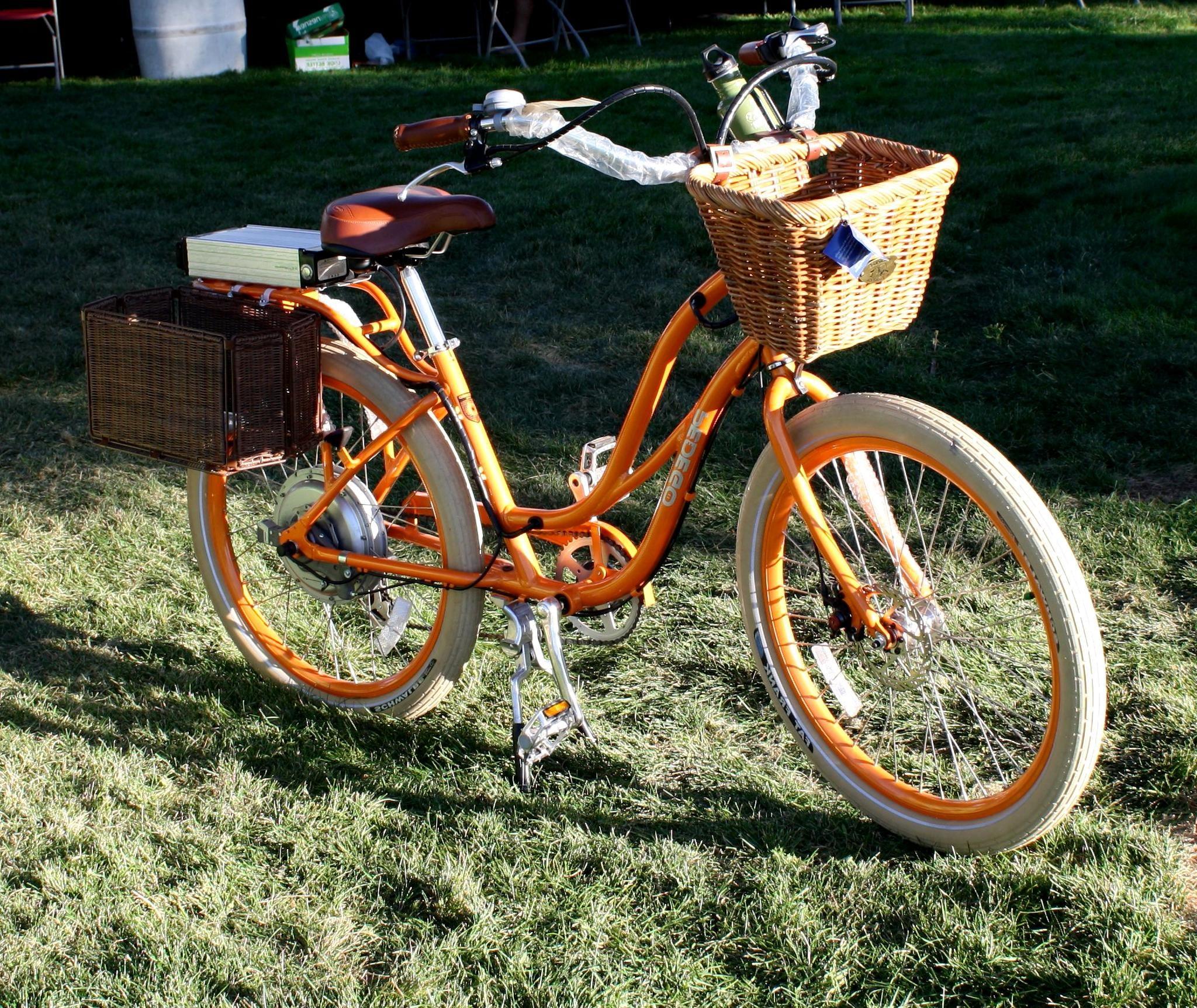 Kostenlose Bild: weibliche Fahrrad, orange Fahrrad, Hinterhof