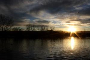 太陽、夕日、湖、夕暮れ、夜、暗い雲