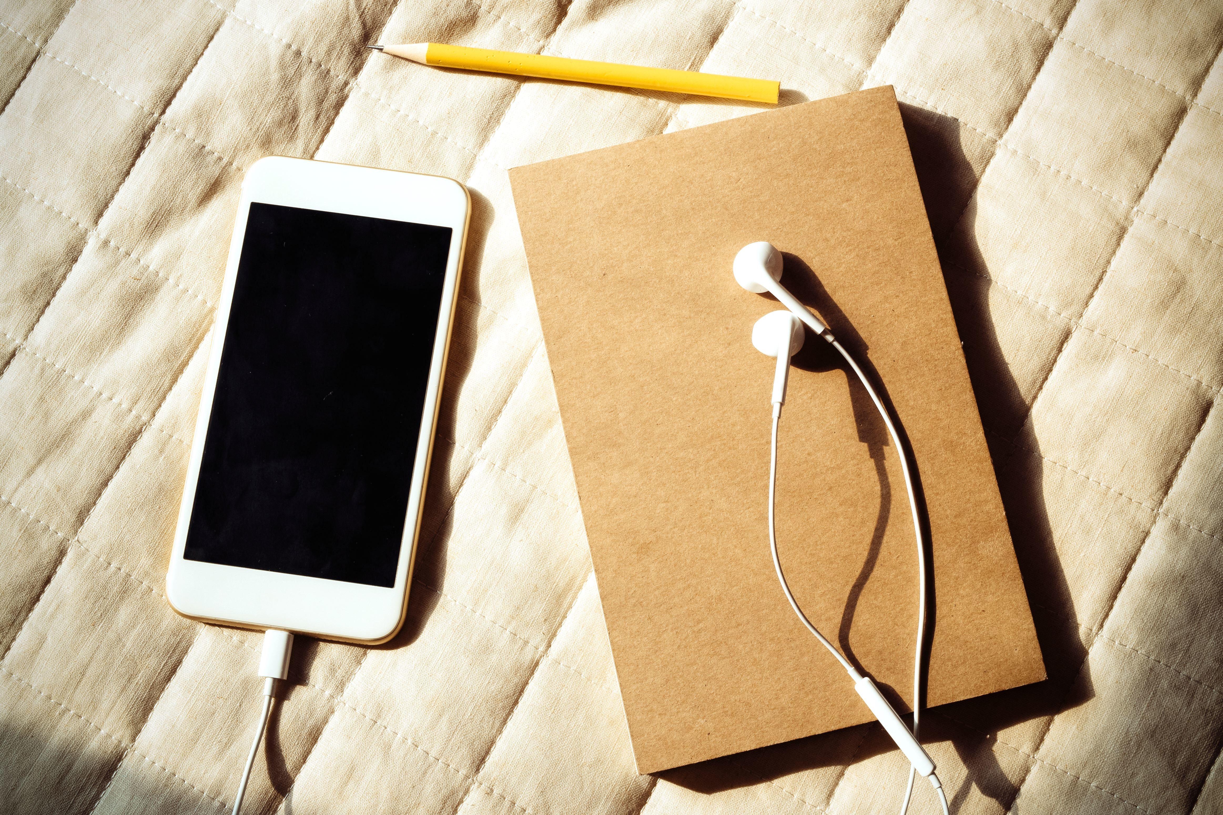 フリー写真画像: 木、鉛筆、イヤホン、ビジネス、iPhone、モバイル