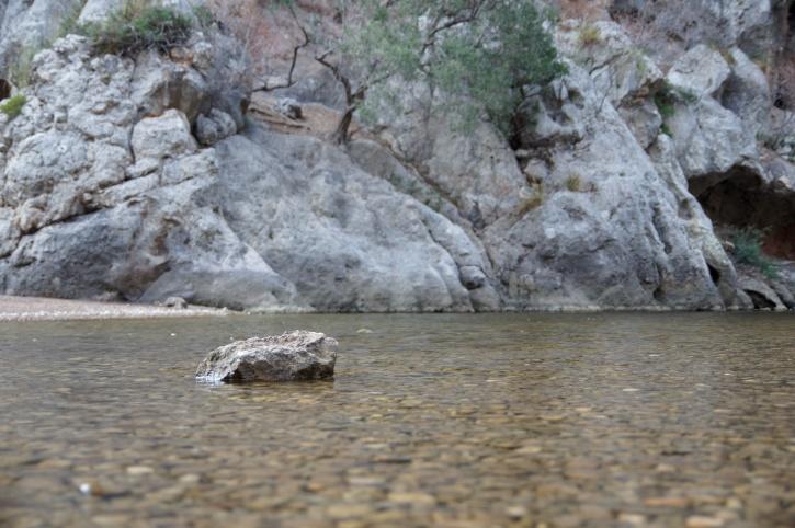 grosse pierre, rivière peu profonde, la nature, les montagnes