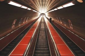 metroaseman sisustus, subway station, maanalainen, liukuportaat