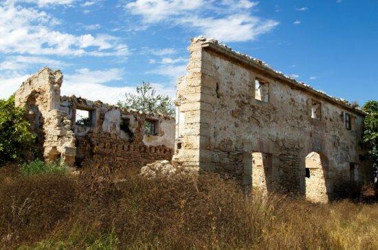 bâtiment en ruine, maison ancienne