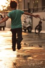 criança, rua, ensolarado dia, menino, criança, pulando