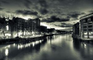 ciudad, río, barco, horizonte, edificios, cielo, oscuro, nubes