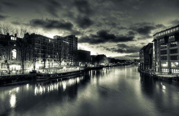 mesto, rieka, loď, skyline, budov, neba, tmavé, oblaky
