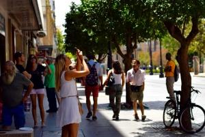 ville, ensoleillé, gens, foule, urbain, rue marche, trottoir, tourisme