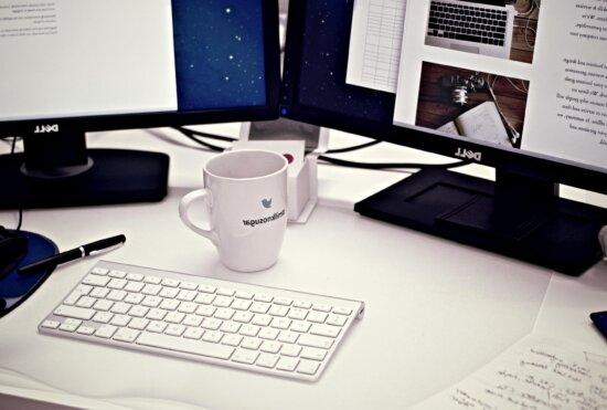 taza de café, taza, escritorio, oficina, escritorio, espacio de trabajo, el monitor
