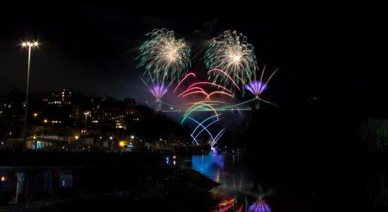 新年、お祝い、夜、橋、川、花火