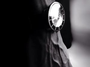 มือ แฟชั่น ผู้ชาย นาฬิกาข้อมือ แบบ ยืน เวลา รอ