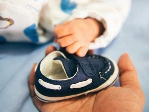 ręce, buty, dziecko, obuwie