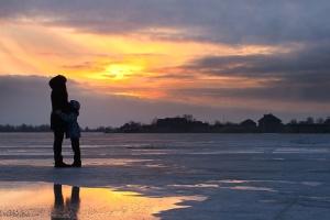 παιδί, σύννεφα, παραλία, νερό, χειμώνα, κρύο, σιλουέτα, σούρουπο, φύση