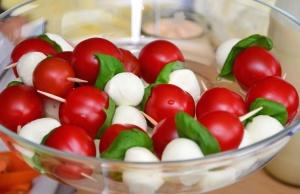 ost, kirsebær, tomater, økologisk mat, salat, kosthold, bolle, lunsj