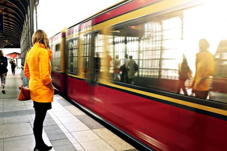 métro, jeune femme, fille, veste, les gens, la gare, le véhicule