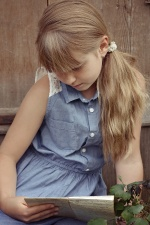 lijepa djevojka, čitanje, knjiga, mladih, za mlade, lijepa, plava kosa