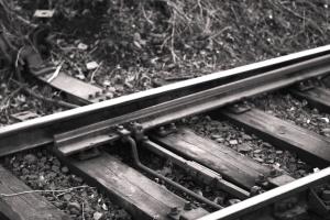 kov, železnice, železničné