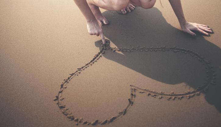 corazón, muchacha, felicidad, corazón, arena, costa, la serenidad, orilla, verano