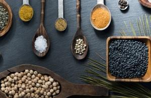 Samen, Sets, Gewürze, Kurkuma, Holz, Holzlöffel, Chili-Pfeffer, Muskatnuss, Lebensmittel