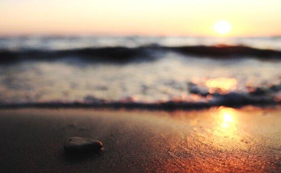 石、太陽、夕日、水、波、小石、反射、ロックします。