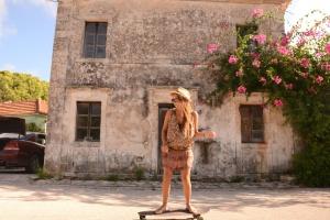stary dom, kwiaty, zabawa, Ładna dziewczyna, kapelusz, deskorolka, ulica