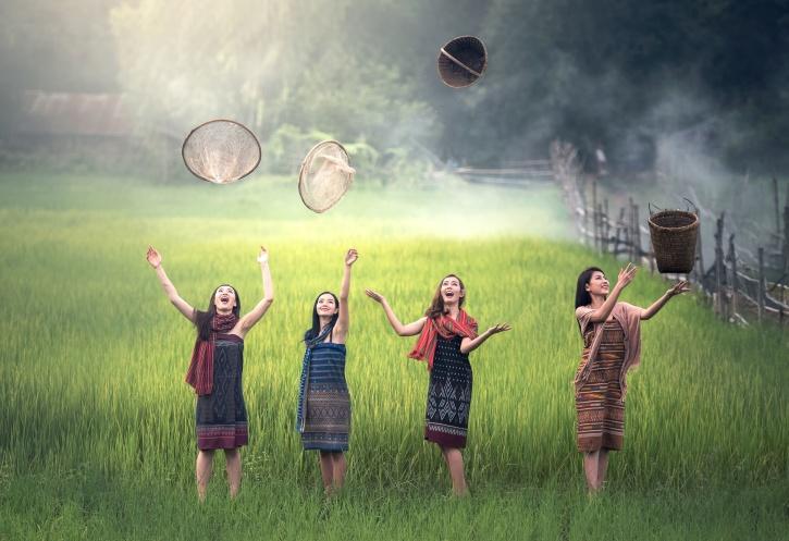 mulheres, bonitas, celebram, cultura, diversão, fazenda, campo, diversão, grama