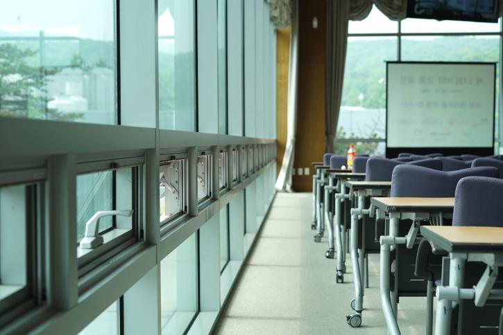 Gratis afbeelding kantoor kamer stoelen glas stoelen