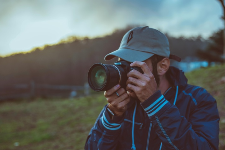 Muž, západ slunce, cestování, fotoaparát, fotograf, pole, tráva, ruce