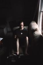 přenosný počítač, muž, místnost, posezení, pohovku, pracovní