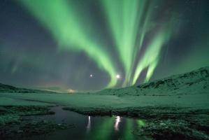 polarne światła, aurora borealis, noc, góry, natura, odbicie, niebo, śnieg, gwiaździste