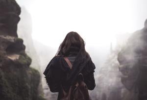 zima, žena, ruksak, ljetno, maglovito, maglovito, krajolik