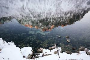 Reflexión, roca, nieve, agua, lago, montaña