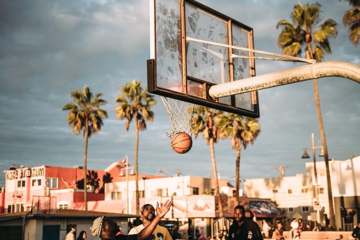 баскетболно игрище, хора, играя, улица, топка, баскетбол, град, забавление, игра, палмово