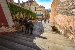 cestování, turisté, strert, schody, kámen, obloha, budovy, zdi