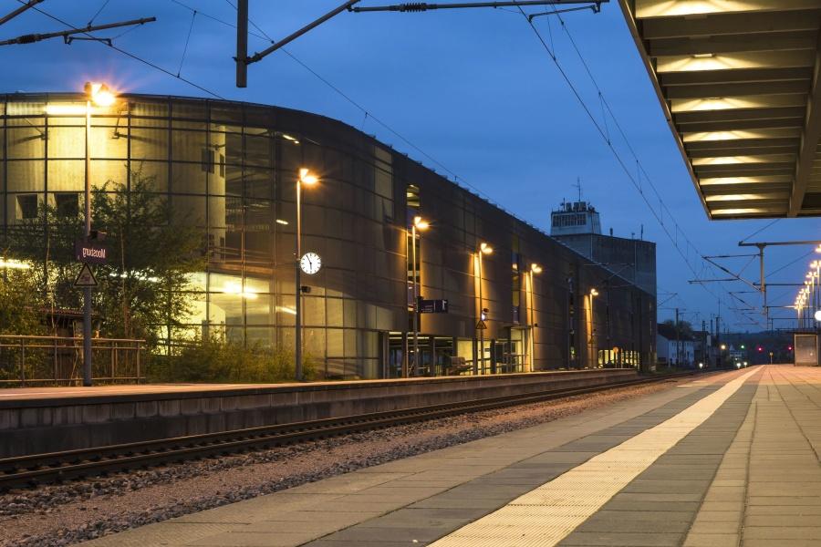 жп гара, жп, влак, железопътен, светлина, здрач, улица