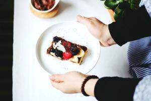 jagoda, bobica, slastice, stol, desert, hrane, ruke