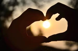 manos, corazón, sol, silueta