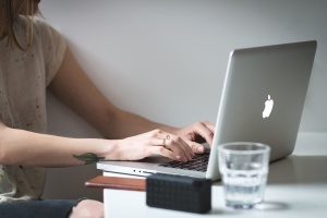 kvinna, arbeta, skriva, business, bärbar dator, trådlös anslutning, skrivbord
