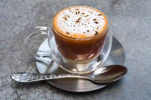 φλιτζάνι καφέ, πιατάκι, ασημικά, κουτάλι, κούπα