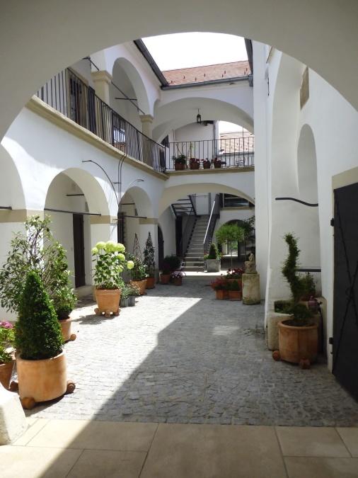 edifícios, arcos, céu, jardim, vasos de flores, plantas, exterior