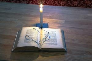 聖書、書籍、キャンドル、木材、キャンドル、木製、テーブル、ページ、紙