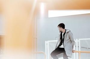 mann, bilde modell, person, mote, skjorte, bukse, gjerde, metall