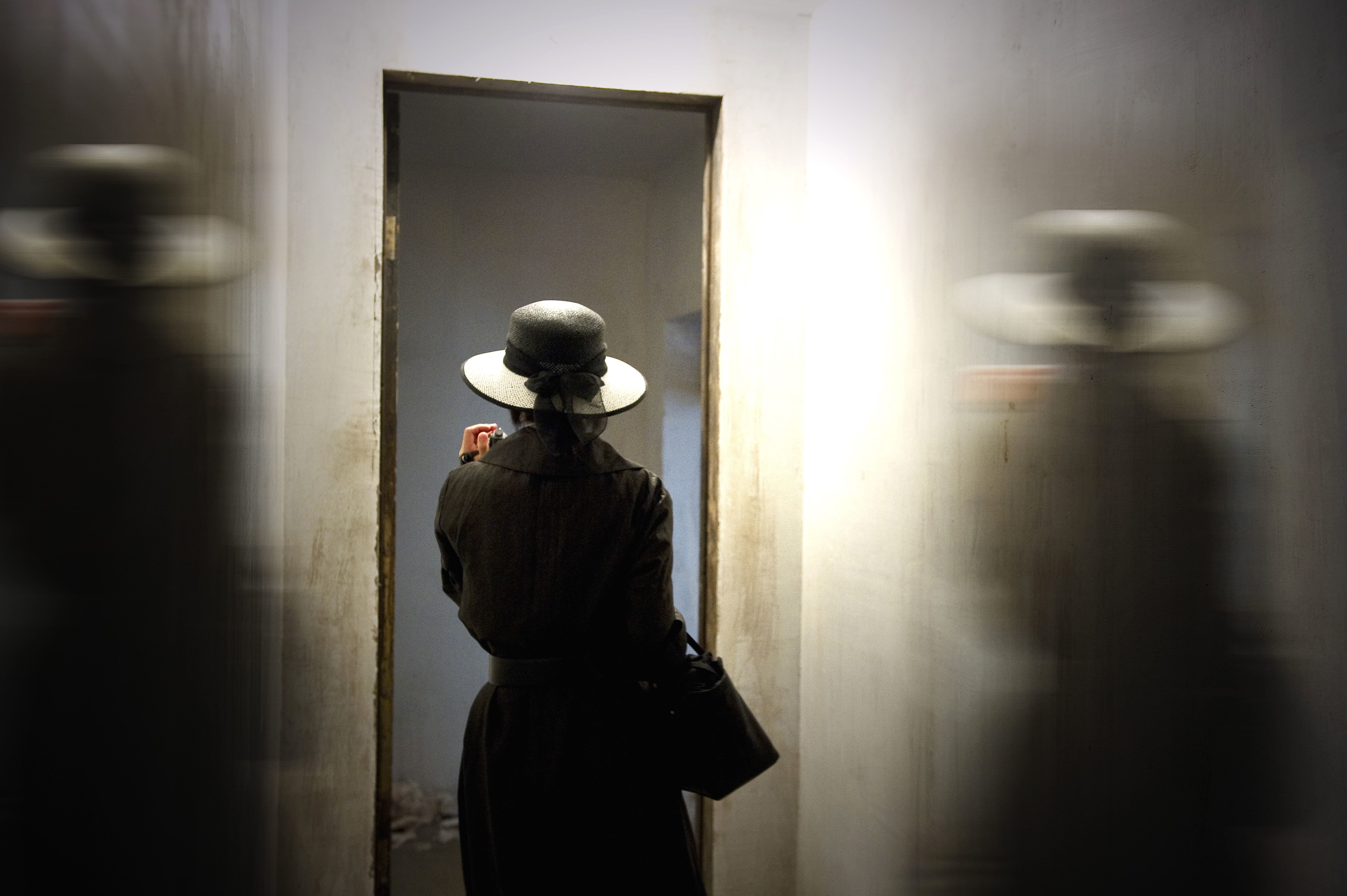 Free Picture Photo Model Room Shadow Woman Bag Door Fashion Hat