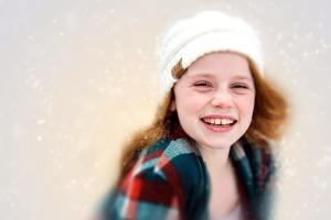 Niño, invierno, ropa, joven, lindo, disfrute, cara, niña, felicidad