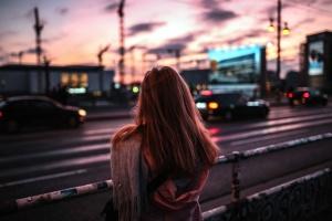 都市は、車、女、道路、鋼、手すり、交通、運輸