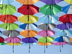 Cielo, calle, paraguas, color, rojo, verde, amarillo, azul