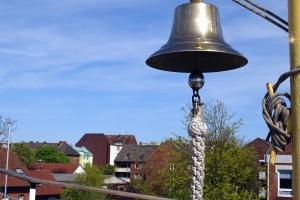 Cloche, corde, ciel, bâtiment, arbre, toit