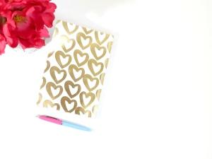 Libro de productos lácteos, corazón, flores