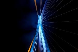 Azul, iluminado, puente