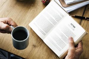 käsittelyssä, taulukko, puu, työtila, kahvikuppi, asiakirjan, juoma, koulutukseen, käsi