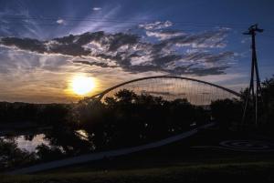 พลบค่ำ น้ำ แสงแดด สะพาน ภูมิทัศน์ อาคาร โครงสร้าง เมฆ
