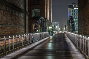 Carretera, arco, puente, arquitectura, edificios, valla, ciudad, gente, luz